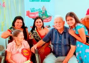 La Madre Símbolo de las madres de los proyectos sociales, junto al Alcalde de Bolívar y a varias reinas del cantón.