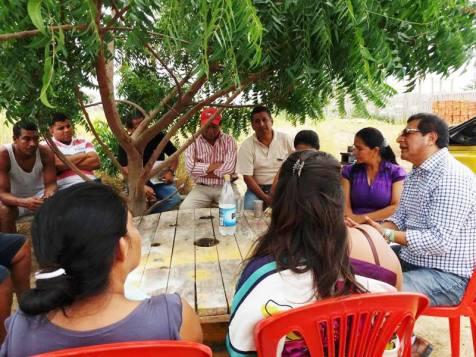 Así son las reuniones que se improvisan en un barrio o sector de Montecristi, cuando el Alcalde les visita para conocer las necesidades e inquietudes comunitarias.