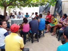 El alcalde Ricardo Quijije conversa con los moradores de una zona rural.