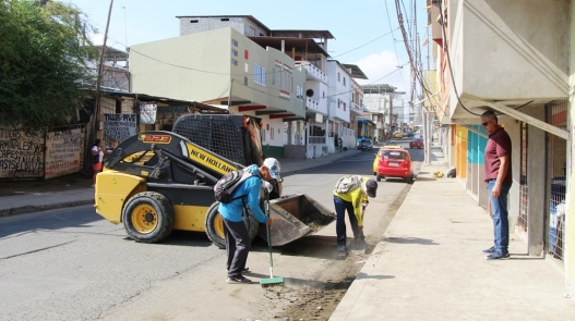 El Gobierno municipal de Manta convocó a la minga y apoyó con personal y una máquina.