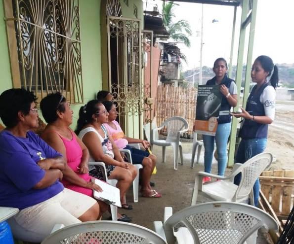 Instruyendo a la comunidad acerca del mosquito y su acción contaminadora, y sobre cómo combatirlo.