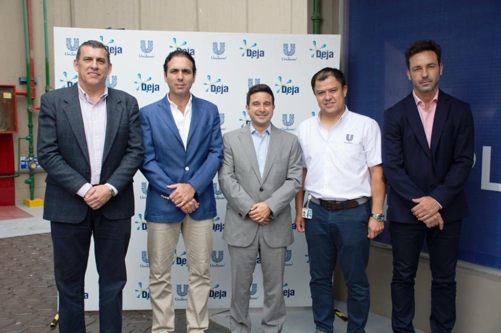 De izquierda a derecha apreciamos a Roberto Intriago, director de ProEcuador; Pablo Campana, ministro de Comercio Exterior e Inversiones; Matías Laks, director general de Unilever Andina Ecuador; Pablo Van, gerente de Planta Detergentes; Carlos Riesco, director Financiero.
