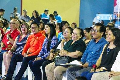 Autoridades municipales de Manta, en el acto inaugural del parque en el Barrio San Ignacio de Loyola.