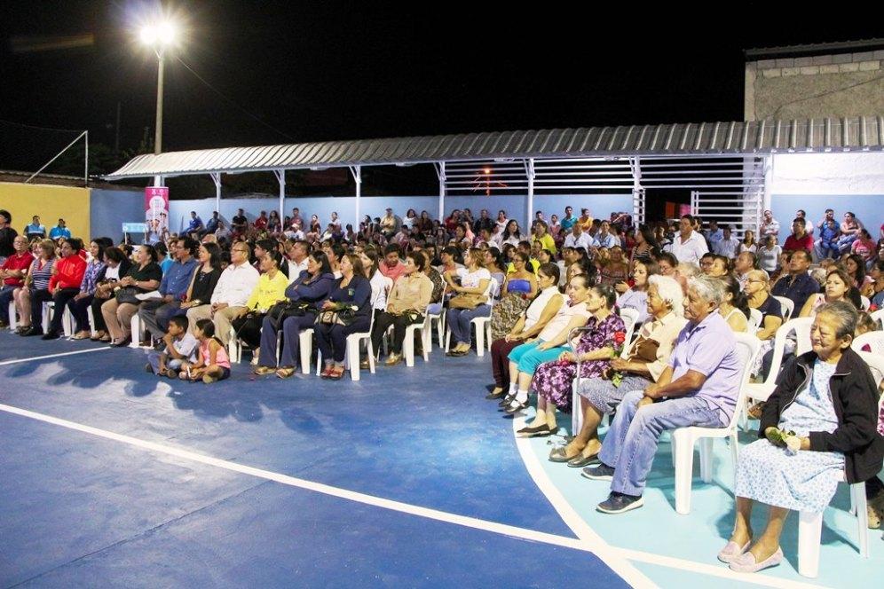 La comunidad barrial de San Ignacio de Loyola, Manta, junto a las autoridades municipales durante la inauguración del parque.