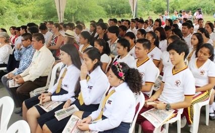 Alumnos de la Unidad Educativa 5 de Mayo de Chone.