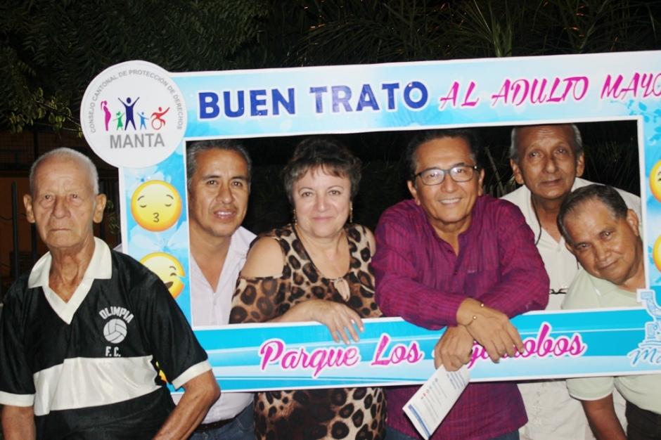 Jorge Zambrano, alcalde de Manta, con un grupo de adultos mayores al iniciarse el proyecto municipal Parques Seguros. Manabí, Ecuador.