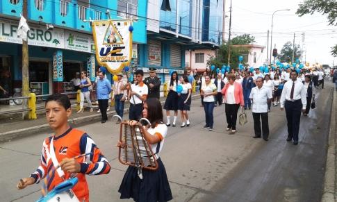 Cabeza del desfile cívico de la Unidad Educativa Cinco de Mayo de Chone.
