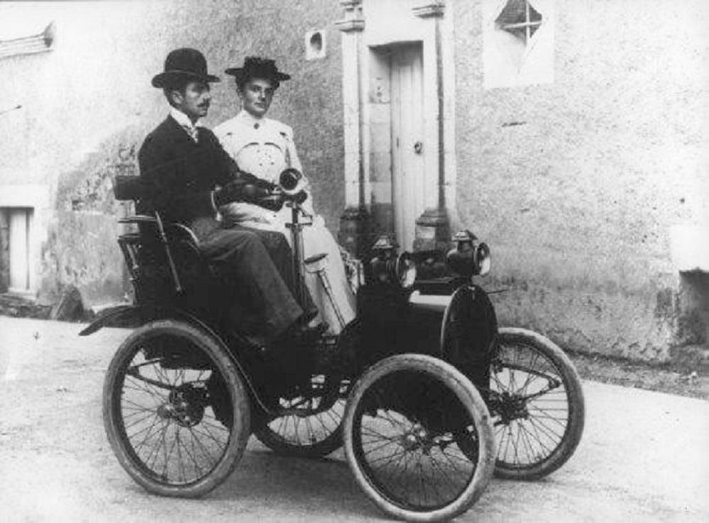 El legendario automóvil Renault Tipo A, de 1898, es conducido por una calle de París, Francia.