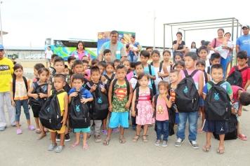Posando con las mochilas, junto a sus maestros.