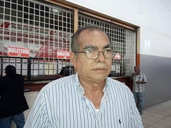 Johnny Macías, catedrático y comerciante.