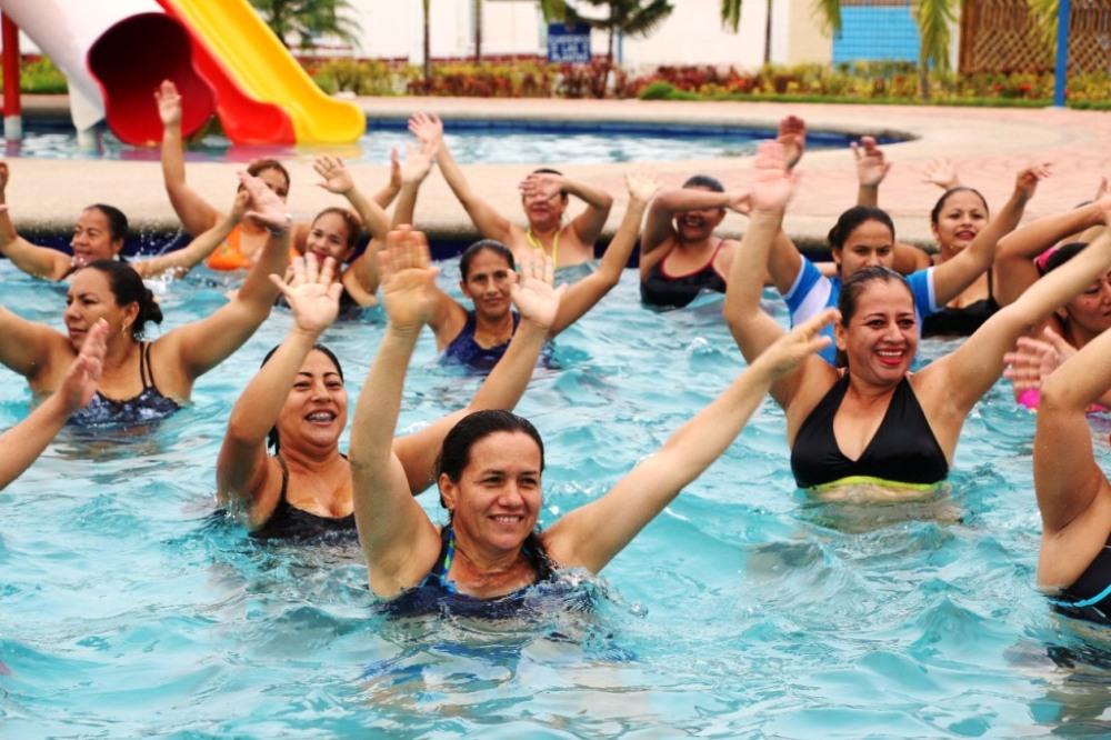 Aqua Zumba en una piscina del Centro Recreativo de Aerotécnicos de la FAE, Manta. Manabí, Ecuador.