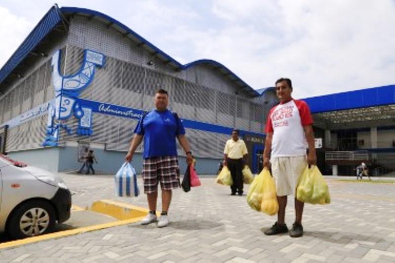 El nuevo Mercado Los Esteros (Manta), visto desde la avenida de enfrente.