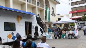 Presentación del autobús Ruta Legislativa en la ciudad de Manta. Ceremonia municipal de bienvenida.