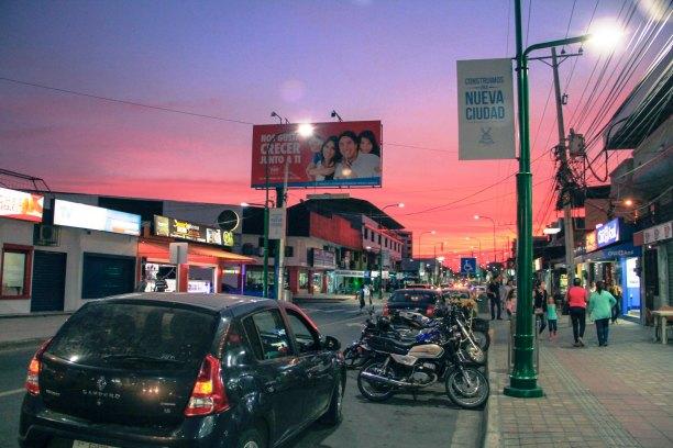 Una puesta de sol vista desde la regenerada Avenida Flavio Reyes de la ciudad de Manta.