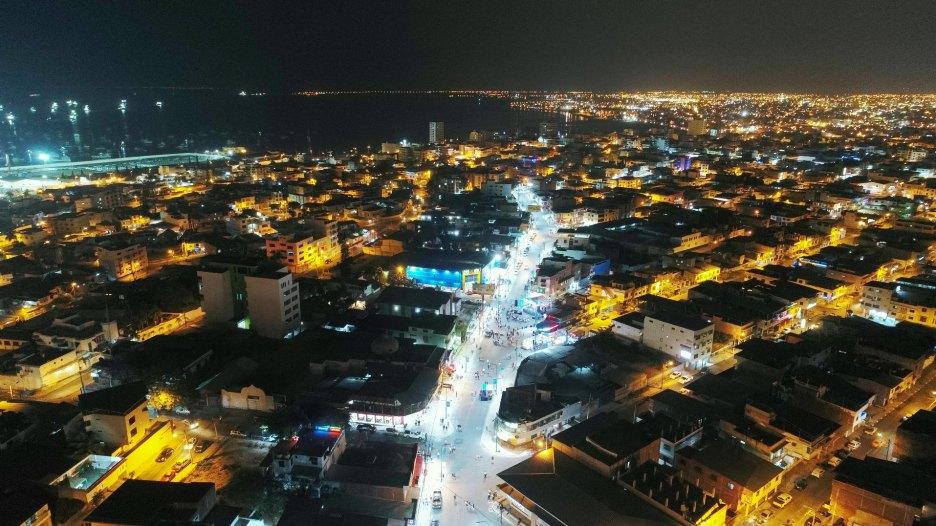 La Avenida Flavio Reyes (zona rosa de Manta) vista desde el aire antes de la medianoche.