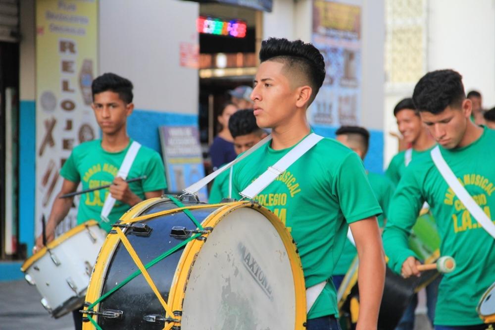 Una banda musical colegial ejecuta piezas populares durante un desfile cívico. Manabí, Ecuador.