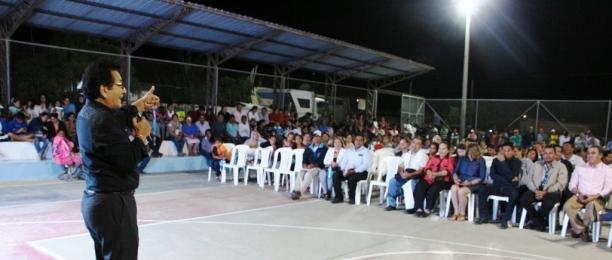 Los moradores de los tres barrios escuchan al alcalde Jorge Zambrano Cedeño.