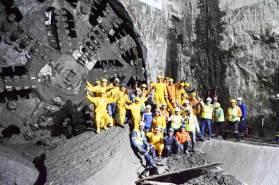 Los obreros y técnicos a cargo de la máquina perforadora celebran la llegada al final del tramo.