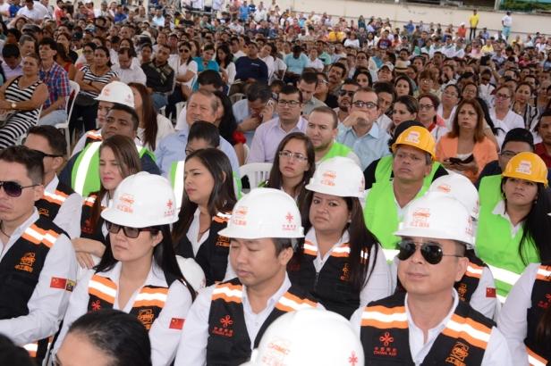 Público presente en la celebración del contrato para construir el edificio del hospital de Chone. Manabí, Ecuador.