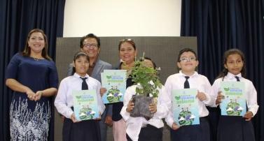 Posando con el Alcalde de Manta y otras autoridades cantonales, para mostrar el libro ilustrativo y una plántula para reforestación.