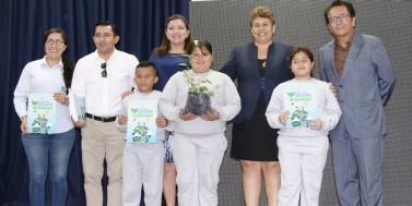 Actores de la ceremonia de presentación oficial del programa para la Educación Ambiental en Manta.