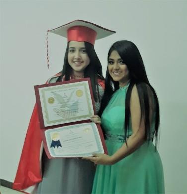 La secretaria de Broad Language Institute, Teresa Chávez, entrega los certificados de grado a Emily Ramos Joza.