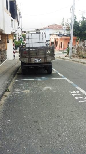 Área de parqueo tarifado en una calle de la ciudad de Montecristi. Manabí, Ecuador.