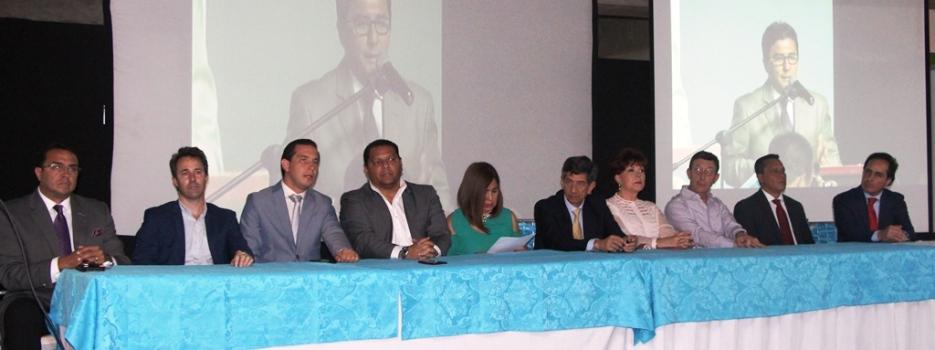 Autoridades públicas y privadas en el acto inaugural, en el subsuelo 1 del Mall del Pacífico, en la ciudad de Manta.