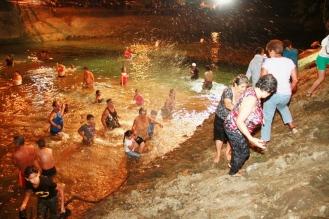 Hasta los adultos mayores bajan al río a darse el chapuzón de San Juan.