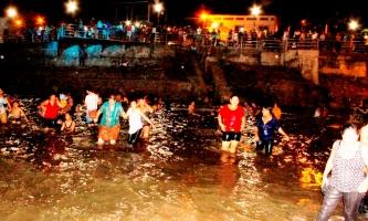 Bañándose en el Río Carrizal.