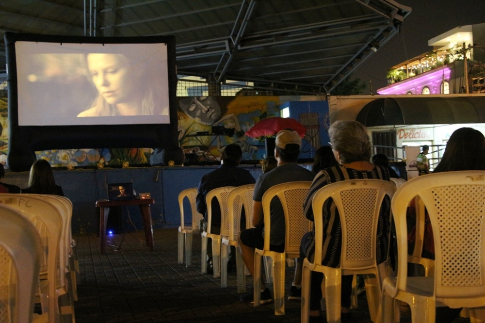 Proyección de la película The Road en la Plaza Cívica Eloy Alfaro de Manta. Manabí, Ecuador.