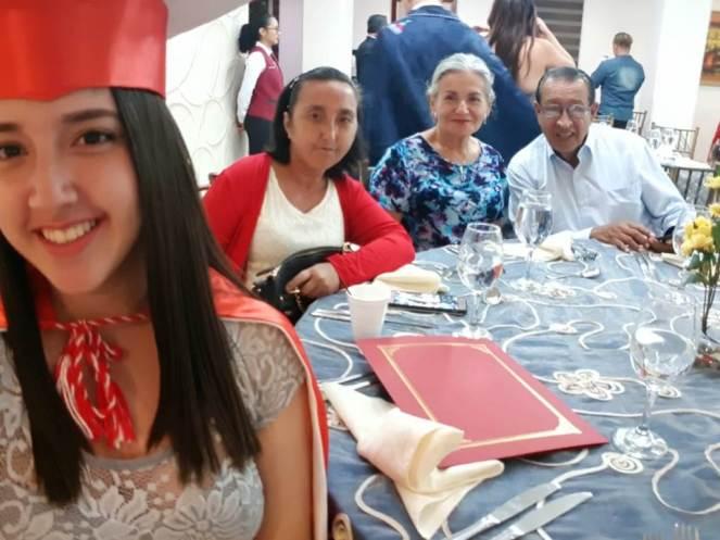 La graduada Emily Ramos, durante la cena de graduación, posa con su madre Mariuxi Joza Risco y con sus abuelos paternos, Oswaldo Ramos y Shirley Medina.