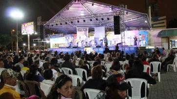 Un aspecto de la Plaza Cívica Eloy Alfaro Delgado, de Manta, en la noche del homenaje al cantautor Carlos Rubira Infante.