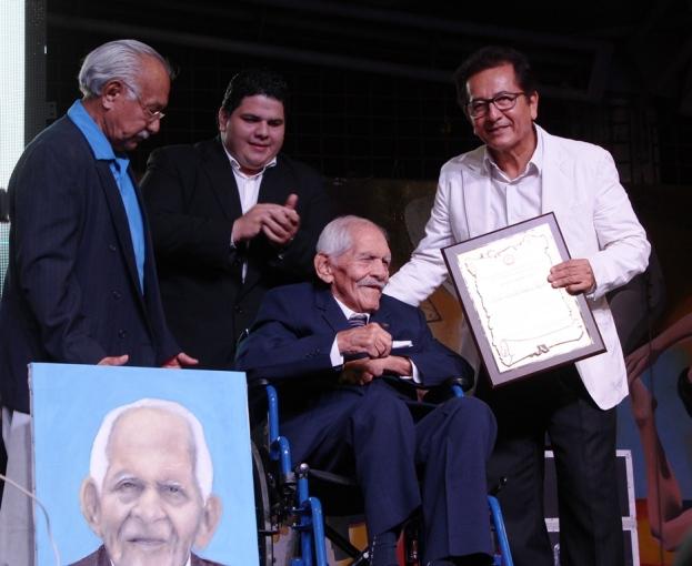 El alcalde de Manta, Jorge Zambrano, entrega el Acuerdo honorífico concedido a Rubira Infante por el Gobierno municipal de Manta.