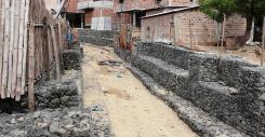 Los dos muros, un poco antes de que su construcción terminase.