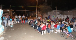 Moradores del Barrio 9 de Octubre de la ciudad de Manta, durante la ceremonia inaugural de los muros.