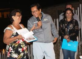Concepción Rivera, presidenta del comité de vecinos del Barrio 9 de Octubre de la ciudad de Manta, recibe del alcalde Jorge Zambrano el detalle de la inversión en los dos muros.