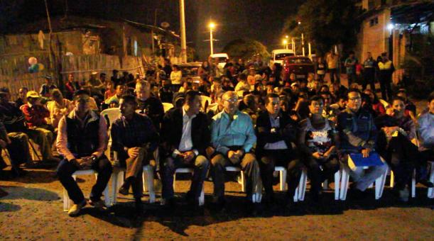 Momentos previos al inicio de la ceremonia inaugural de los muros de gaviones en el Barrio 9 de Octubre de Manta.