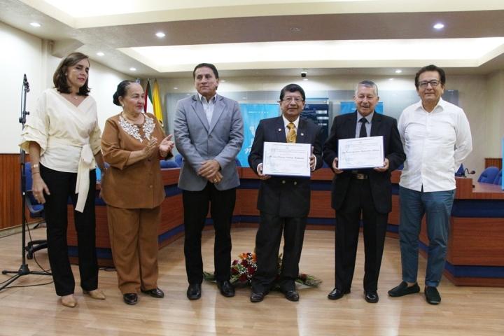Héctor Manosalvas y Luis Cañarte, dos maestros universitarios premiados por el Municipio de Manta. Posan con el Alcalde y dos concejales.