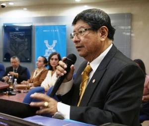 Profesor universitario Luis Oliverio Cañarte Mantuano, en el Salón de la Ciudad del Palacio Municipal de Manta. Manabí, Ecuador.