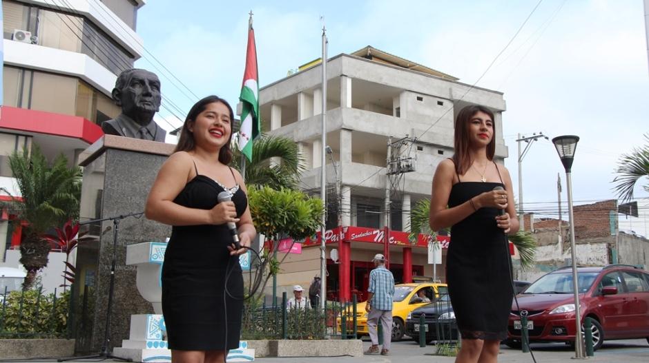 El dúo de cantes conformado por Dayana Cedeño y Amanda Macías (funcionarias del Municipio de Manta), actúan en la Hora Cívica por el Mes del Manabitismo (junio 2018). Manabí, Ecuador.