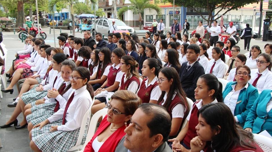 Estudiantes de Manta, en la Hora Cívica municipal por el Mes del Manabitismo (junio 2018). Manabí, Ecuador.