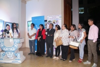 La poetisa Damia Mendoza en el acto inaugural. Escuchan: el Alcalde, la Directora Ejecutiva del Patronato, la Concejala y el artista.