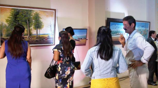 Visitantes de la exposición del pintor Álex Chávez.
