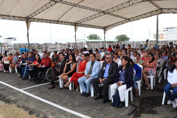 Autoridades oficiales y público, durante la ceremonia inaugural.