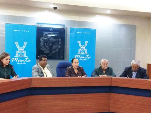 Concejales y miembros de los Caballeros de la Mesa Redonda de Manta, durante la rueda de prensa para anunciar el homenaje de Manta al compositor Carlos Rubira Infante. Manabí, Ecuador.