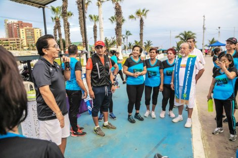 El Alcalde de Manta elogia el bailoterapia y la voluntad de sus practicantes diarrios.