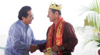 El alcalde Jorge Zambrano felicita al rey padre del Patronato, Manuel Anchundia.