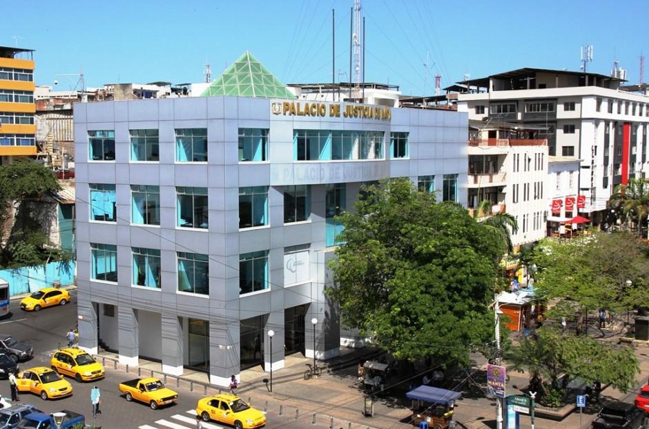 El Palacio de Justicia de Manta, en la esquina de la Avenida 2 y la Calle 9. Manabí, Ecuador.