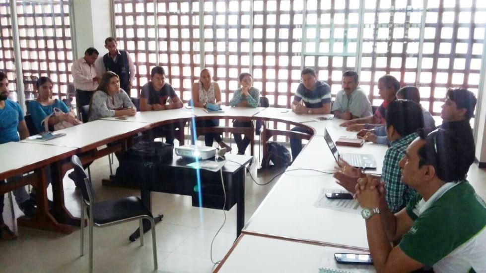 Promotores del proyecto de una planta industrial de cítricos en la ciudad de Chone, reunidos en la sede local de la Universidad Católica. Manabí, Ecuador.
